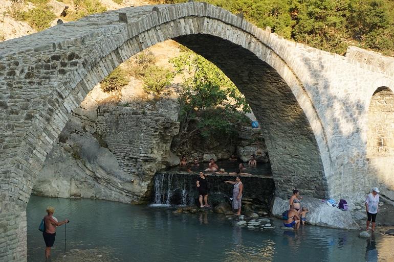 Puente de piedra de las termas naturales de Përmet