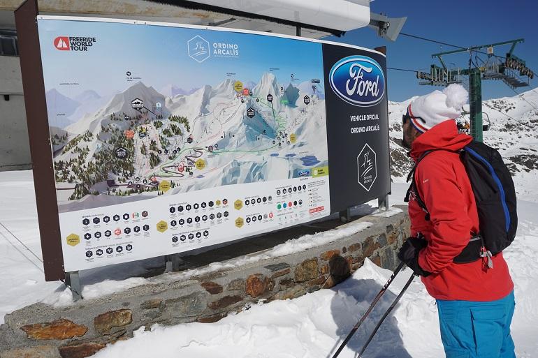 Mirando el mapa de la estación de esquí