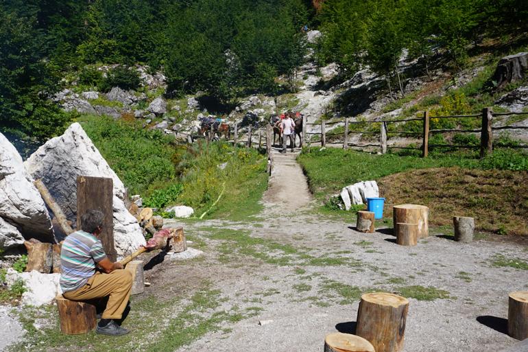 Un alto en el camino para descansar en la ruta de Valbona a Theth