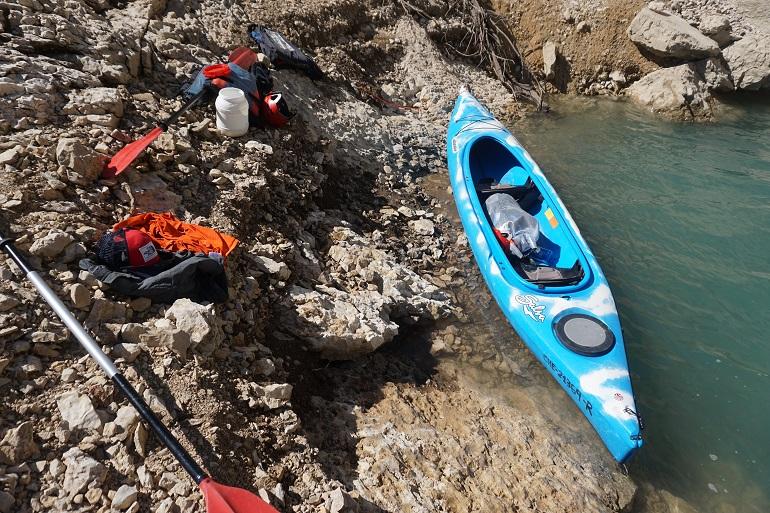Kayak en la orilla del embalse