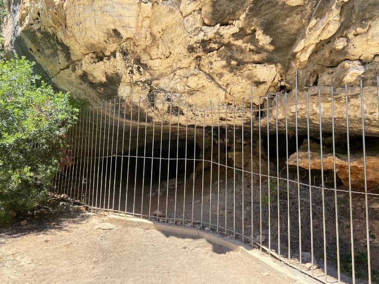 Entrada a la Cueva del Niño cerrada con una verja