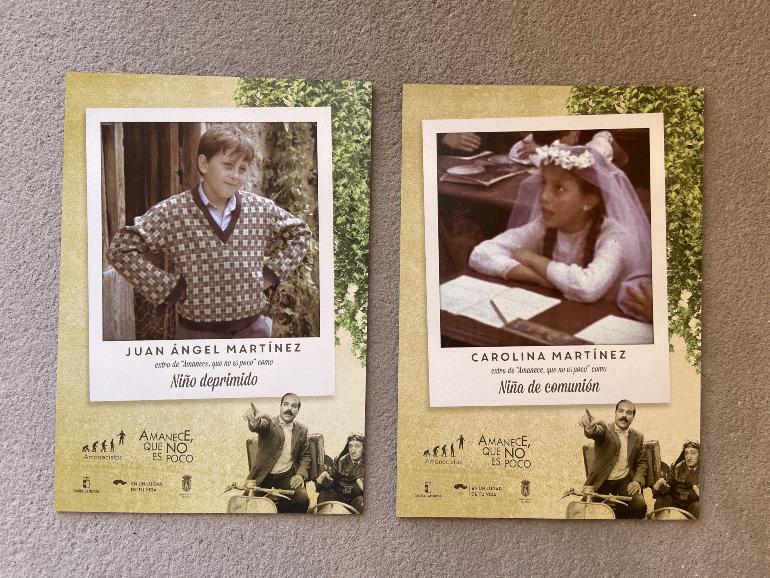 dos placas en homenaje a dos vecinos de ayna con foto del personaje que interpretaron