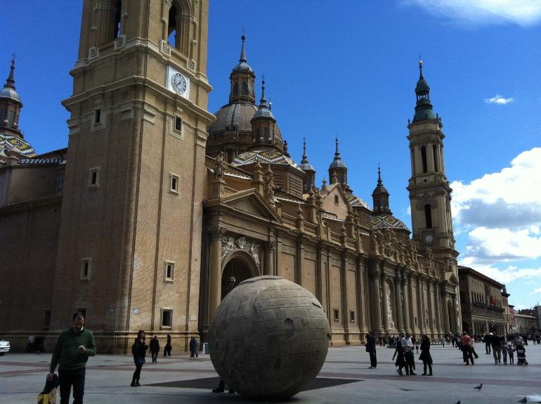 facada de la basílica del pilar con la escultura de la bola del mundo en primer plano