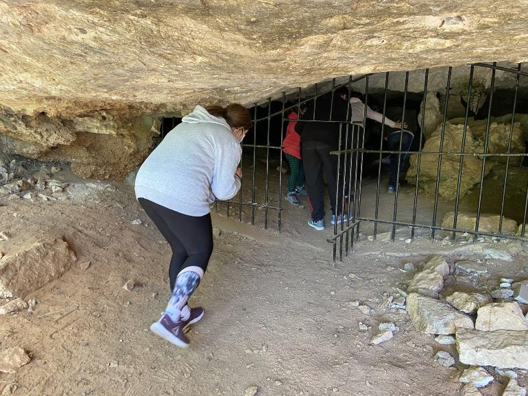 turistas entrando a la cueva del niño