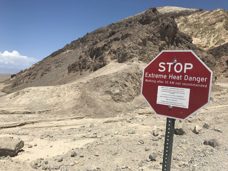 Señal de peligro por calor extremo en Death Valley