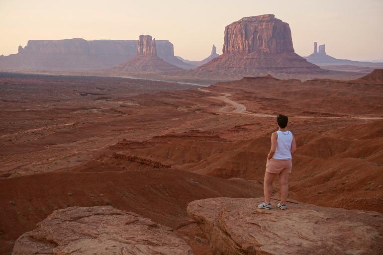 Contamplando las formaciones rocosas de Monument Valley