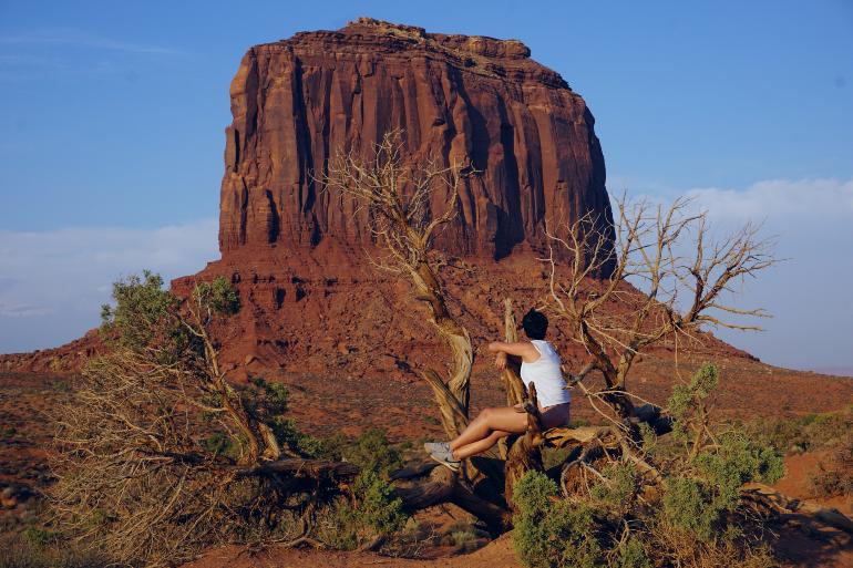 Contemplando una de las formaciones rocosas de Monument Valley