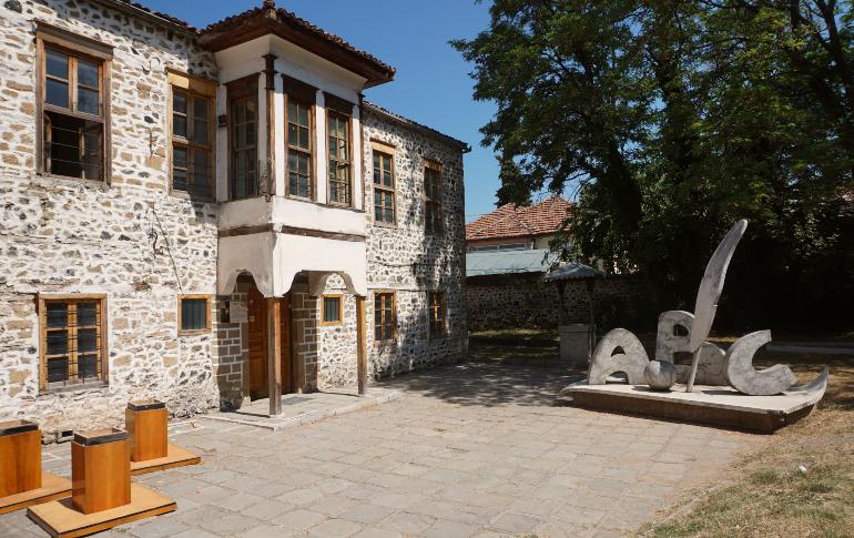 Fachada del museo Nacional de la Educación en korçë