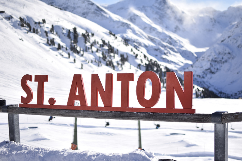 Letrero de la estación de esquí st. Anton amb Alberg