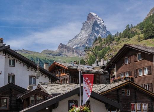 Pueblo de Zermatt con el Matterhorn al fondo