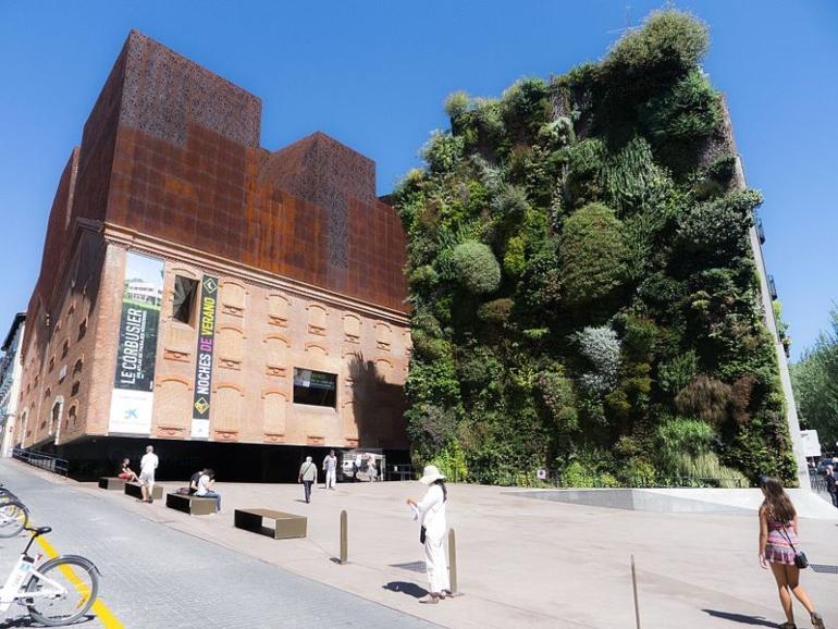 Entrada y jardín vertical del Caixa Forum