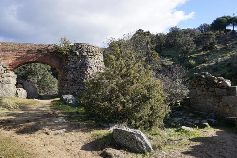 Ruinas del Molino del Altillo. Se ve un puente y el cubo donde se almacenaba el agua