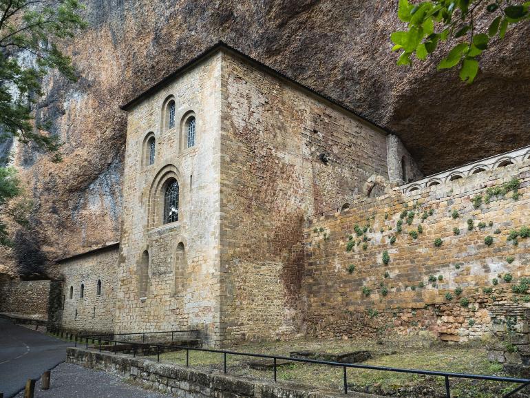 fachada del monasterio antiguo de san juan de la peña