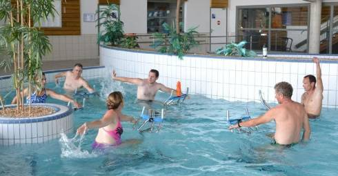 Pédaler dans l'eau, oui, mais pas seulement. Les maîtres nageurs ont été formés par un spécialiste afin de proposer, par la suite, des cours adaptés à tous, avec des exercices qui font travailler tout le corps. - agence saint-flour