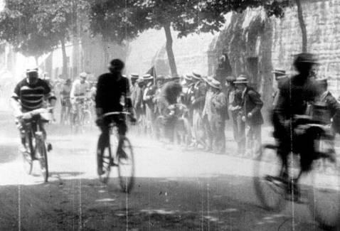 Un document unique dans le programme V1: un film restauré des frères Lumière de 1896: une minute d'histoire du vélo… et du cinéma. - Rédaction LOCALE