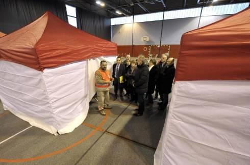 Les bénévoles de la Croix-Rouge ont dressé douze tentes d'hébergement d'urgence dans le gymnase de l'Artière afin de tester le dispositif. Les élus des collectivités volontaires étaient présents.  - Photo fred marquet