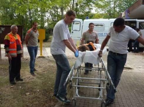 Damien Berthomier, 2à gauche, formateur de secouristes, surveille un exercice de brancardage. - geraldine messina