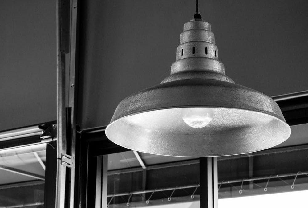Lampade industriali, arredare con gusto e storia