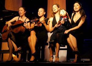 Quartett-mit-Puppe-300×215