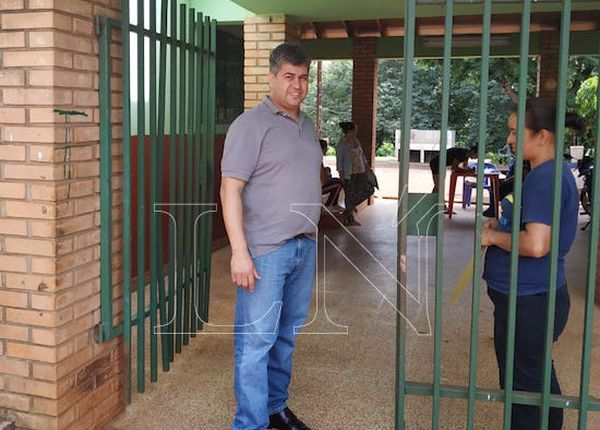 Lic. Hugo Benítez denuncia que las contrataciones se amañaron.FOTO:DOLLY GALEANO