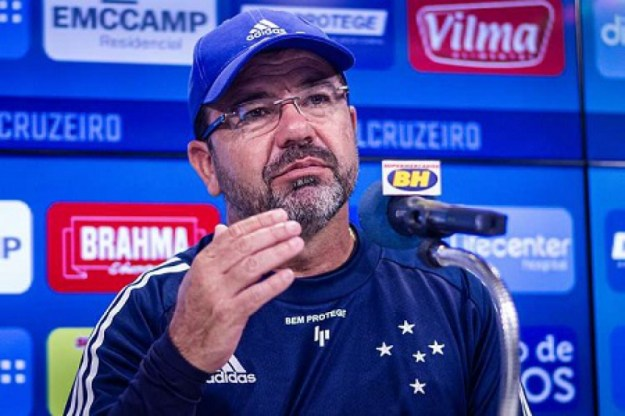 Enderson Moreira demonstra otimismo com o Cruzeiro na Série B, mas indica dificuldades no início da competição