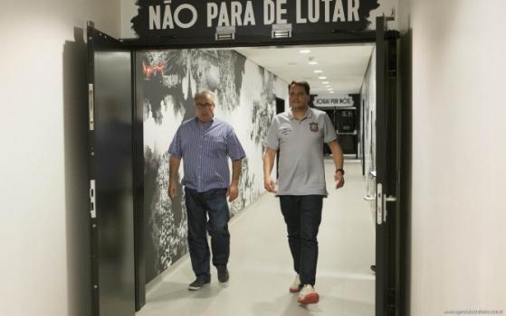 Eduardo Ferreira ao lado do presidente do Corinthians, Roberto de Andrade (Foto: Daniel Augusto Jr)