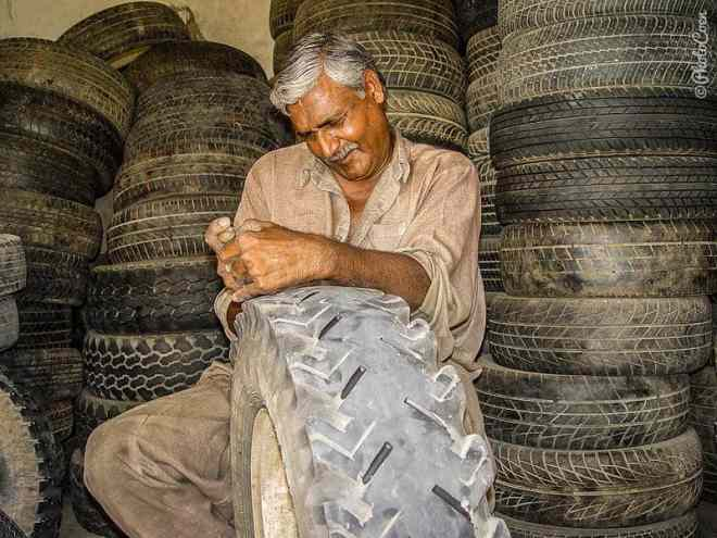 Regrooving the tires in Pakistan. [©photocoen]