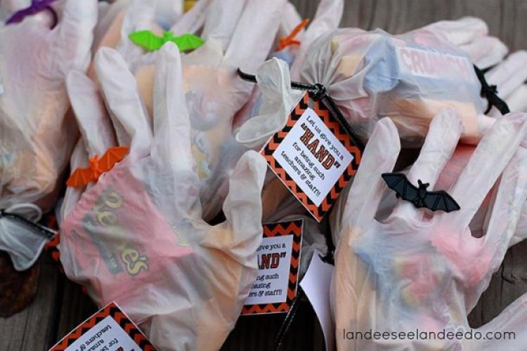Easy Halloween gift idea to put together. Plus a cute printable tag!