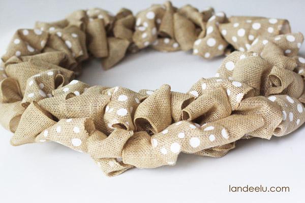 How To Make A Burlap Wreath | landeelu.com