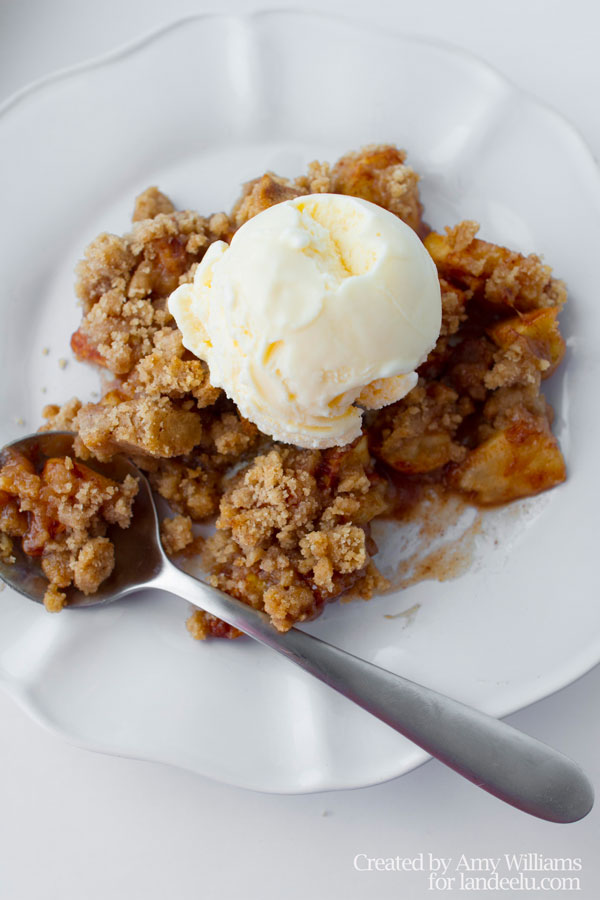 Yummy-Classic-Apple-Crisp-With-Ice-Cream