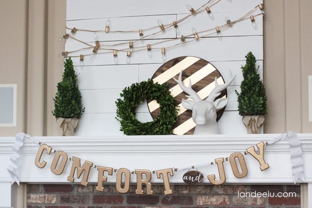 Gold, White and Warm Christmas Mantel | landeelu.com So pretty!