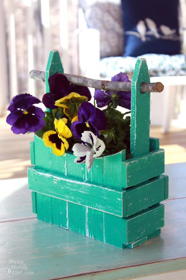 Picket fence planter tutorial by Pretty Handy Girl roundup for landeelu dot com
