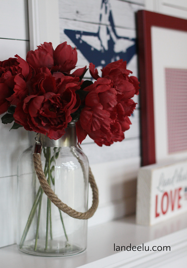 4th of July Mantel: Red White and Blue!  | landeelu.com   Free printables to dress up your mantel for the Fourth of July!