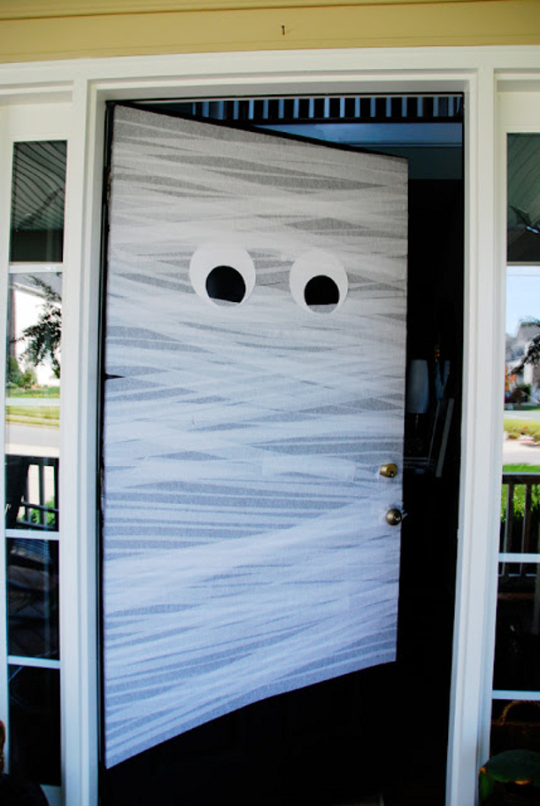 Diy Mummy Front Door for $1 via Honey and Fitz
