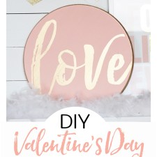 This blush pink and gold Valentine's Day sign is adorable! #valentinesday #valentinesdaycraft #lovesign #DIYsign #blushpink #gold