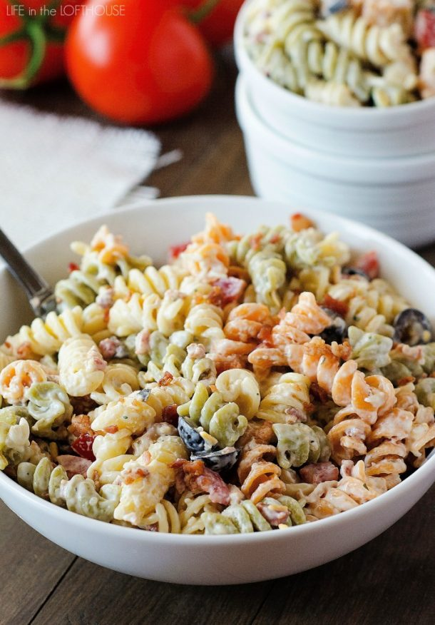 Pasta Salad Recipe - Delicious Bacon Ranch Pasta Salad Recipe via Life in the Lofthouse - Perfect side dish for outdoor parties - potlucks and BBQs!