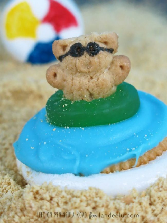 Could these Beach Party S'mores be any cuter?! No campfire needed! Just a microwave.