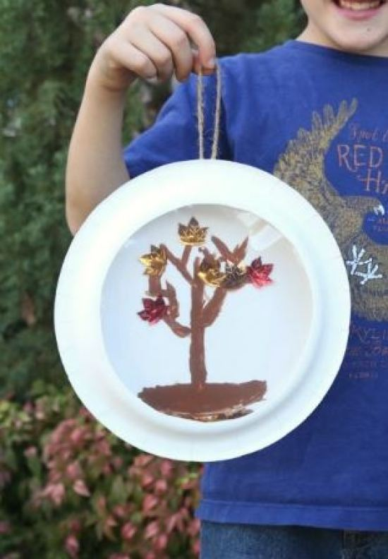 "Here's a simple fall craft that kids will enjoy! Use paper plates to make a fall tree ""snow"" globe with leaves that really fall."