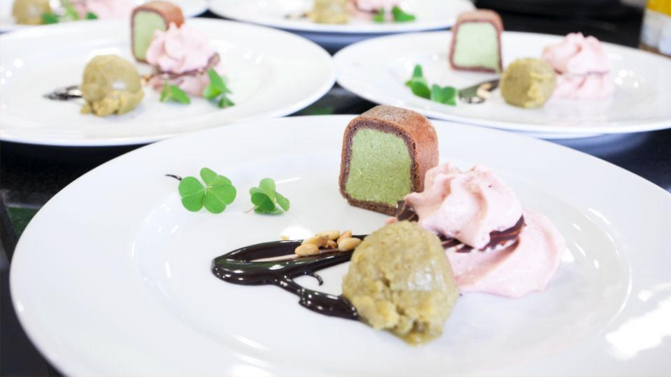 Wildkräuter-Desserts angerichtet auf Tellern