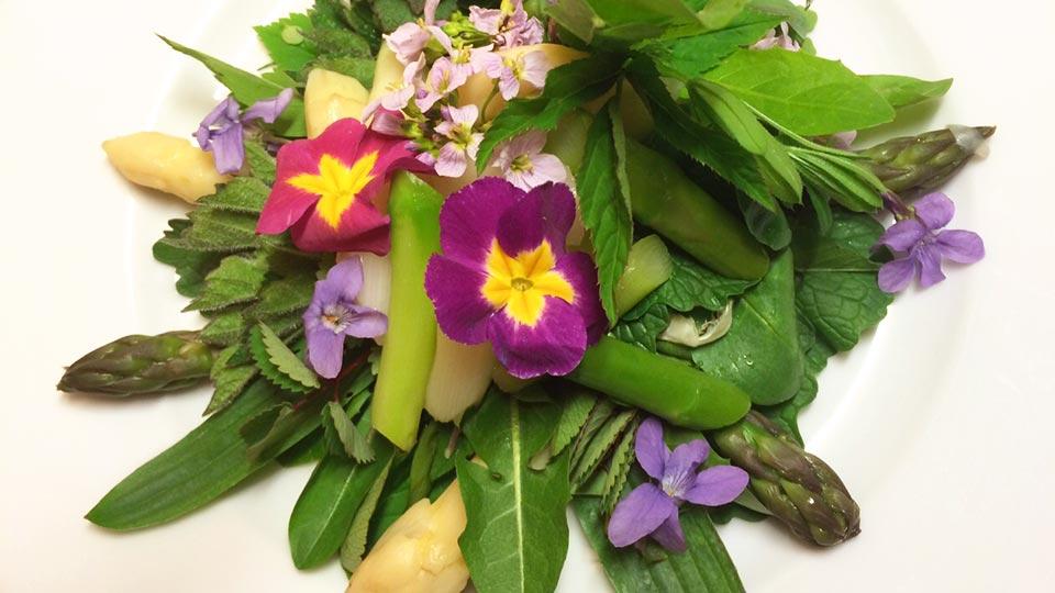 Wildkräutergericht mit Blüten und Spargel