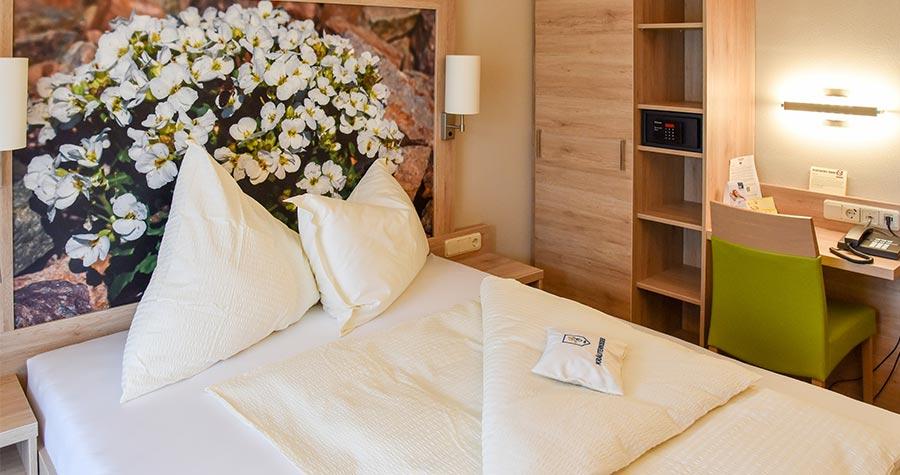 Doppelzimmer mit Bett und Schrank