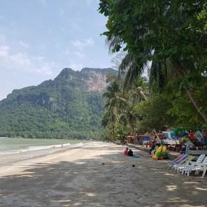 Den Strand von Nang Kam teilen wir uns nur mit wenigen Einheimischen