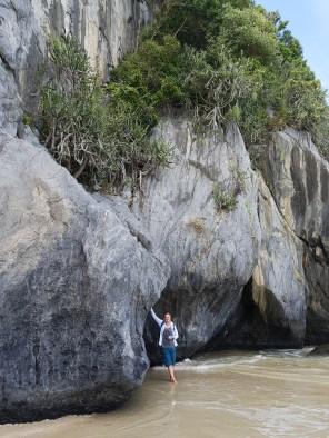 Hohe Felsen und Wellen… ein Traum (Kwang Pao Beach)