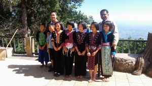 Hmong Kids in traditioneller Kleidung