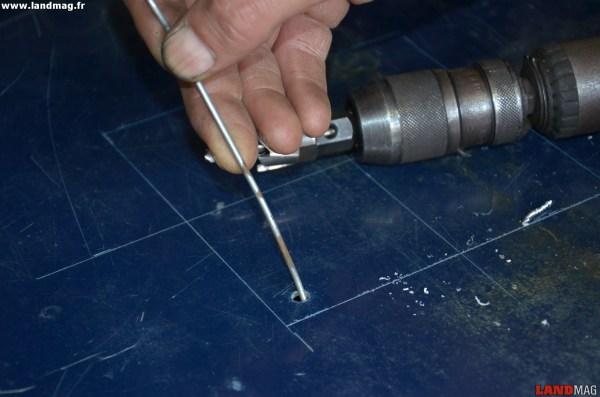 4- Avec une simple tige métallique, vérifier que le faisceau ne se trouve pas au niveau du trou avant de continuer.