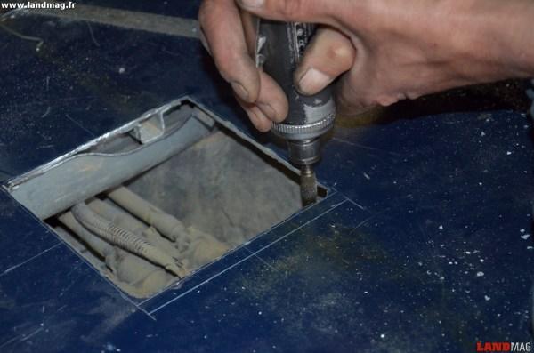 10- Vérifier que l'ouverture est assez grande pour que la collerette de fixation de la pompe puisse sortir. Sinon, agrandir l'ouverture.