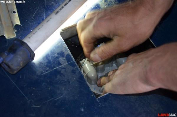 21- Reposer la collerette de fixation tout en appuyant fermement sur la pompe. La collerette doit se visser facilement à la main, sans forcer.