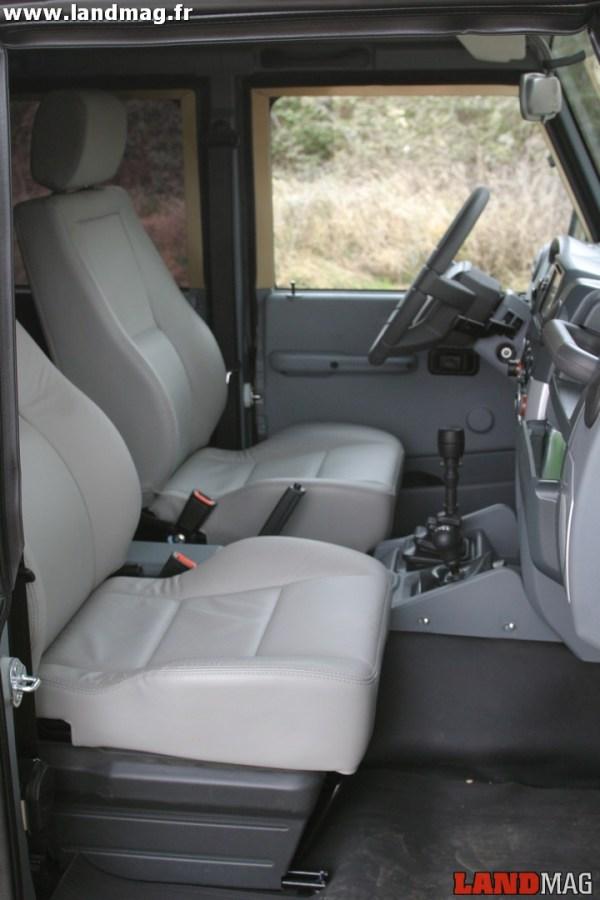 Les sièges progressent en confort et en présentation. Au vinyle et au tissu vient s'ajouter une finition cuir.