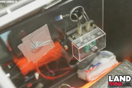 Pour ses branchements d'éclairage additionnel, Stéphane a fait une installation des relais accessible dans le cubby-box.