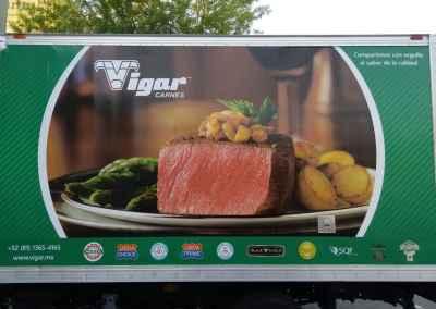Detalle de rotulación de camión Isuzu Vigar Carnes de monterrey